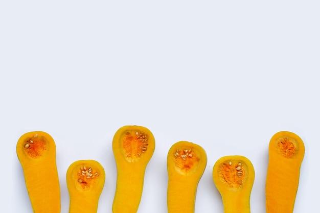 Tagliare e affettare la zucca butternut su bianco