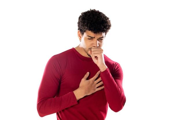 Uomo afroamericano sveglio con l'acconciatura afro che indossa una maglietta bordeaux isolata