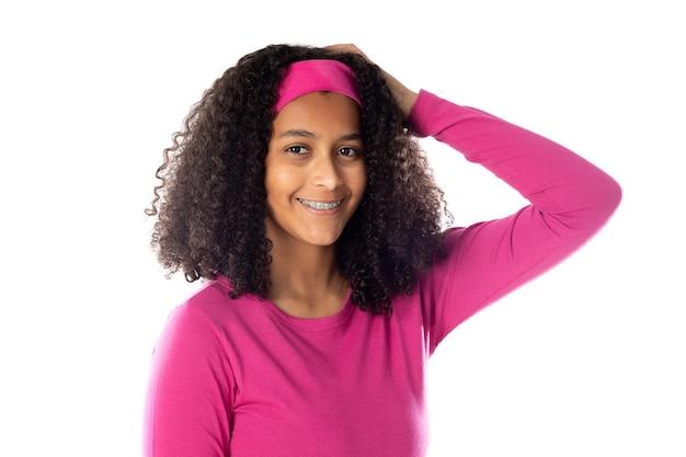 Adolescente africano carino che indossa una fascia rosa isolata su uno sfondo bianco