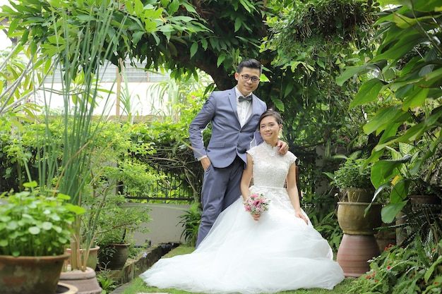 Simpatico servizio fotografico di matrimonio asiatico in giardino.