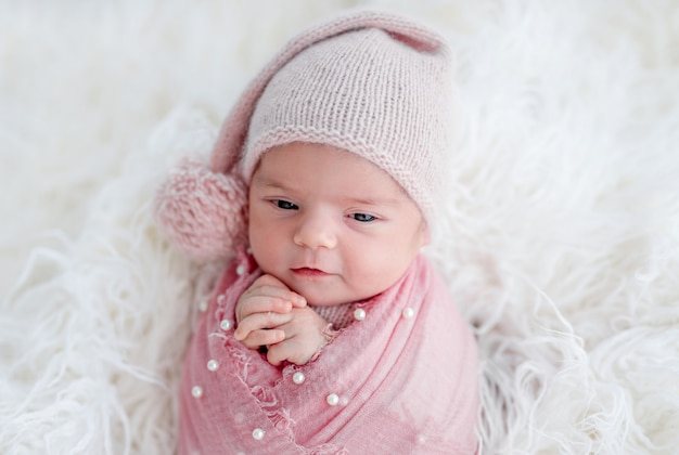 Carino sveglio neonato in cappello lavorato a maglia
