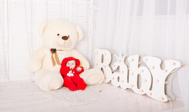 Simpatico neonato con orsacchiotto giocattolo
