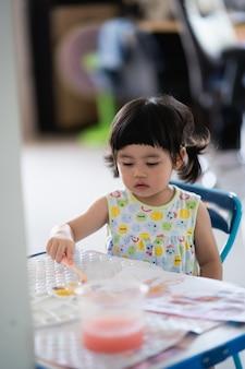 Simpatico pupazzo di gesso dipinto sul tavolo, concetto di arte