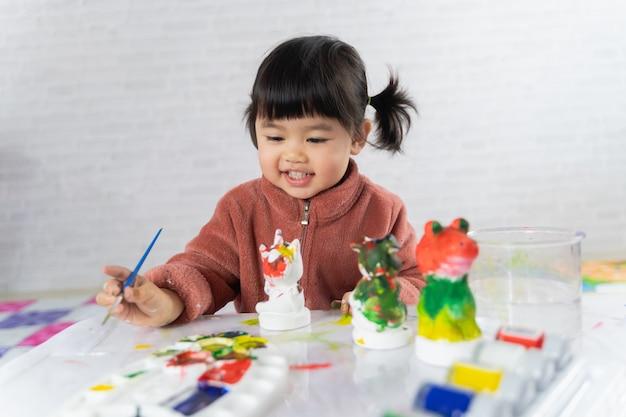 Simpatico pupazzo di gesso dipinto bambino sul tavolo