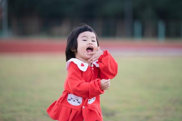 Bambino sveglio che corre allo stadio