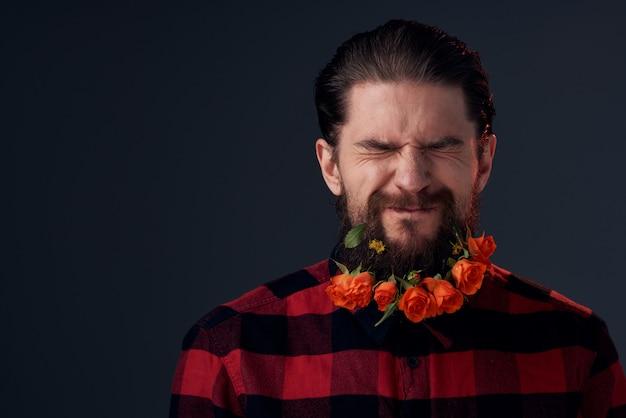Carino uomo barbuto fiori decorazione camicia a quadri emozioni. foto di alta qualità