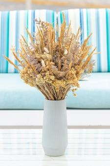 Grazioso bouquet di fiori secchi (coda di coniglio) sulla terrazza di una casa