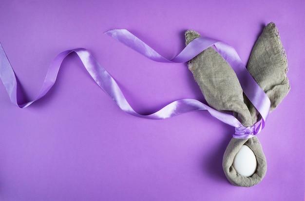Simpatico coniglietto decorazione con modello di uovo di pasqua con un nastro di seta