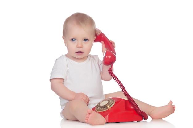 Carino bambino caucasico giocando con il telefono