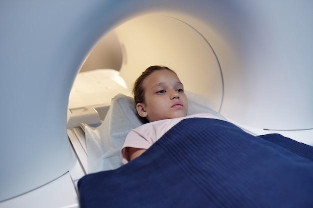 Bambino carino coperto con un asciugamano blu che si sottoporrà a visita medica