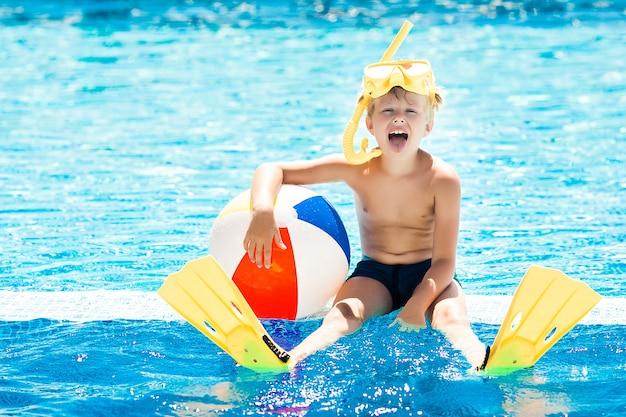 Bambino carino in piscina