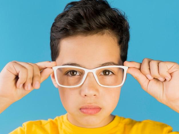 Bambino sveglio che indossa il ritratto di occhiali falsi