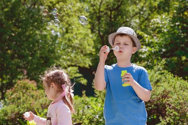 I bambini carini stanno giocando nel parco