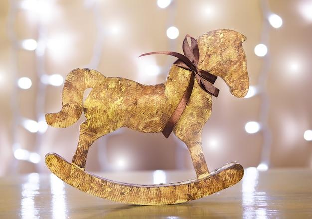 Simpatico giocattolo di natale in legno a forma di cavallo