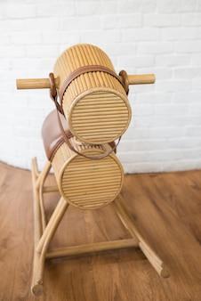 Simpatica sedia a dondolo in legno classica per far giocare i più piccoli.