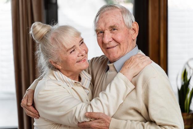 Coppia carina di persone anziane a casa