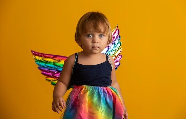 Cupido carino con palloncino a forma di cuore rosso. buon san valentino. giorno dei bambini. carnevale. matinée.
