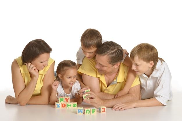 Carina famiglia di cinque che giocano sul bianco