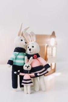 Una simpatica famiglia di coniglietti lavorati a maglia fatti a mano