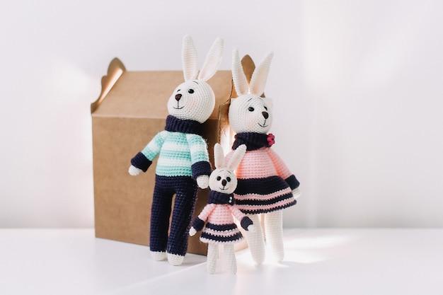 Una simpatica famiglia di conigli giocattolo lavorati a maglia