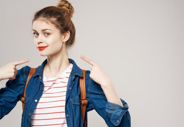 Carino studentessa moda vestiti emozioni zaino sfondo chiaro