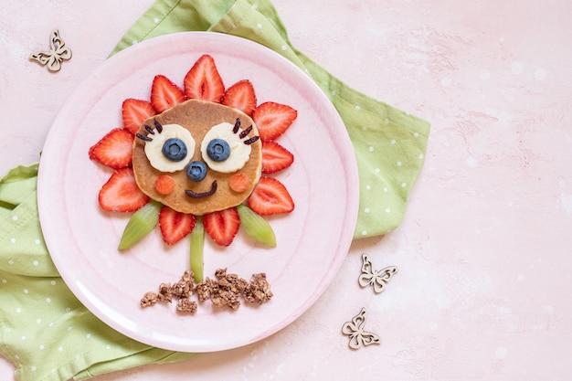 Pancake fiore carino con frutti di bosco per colazione bambini