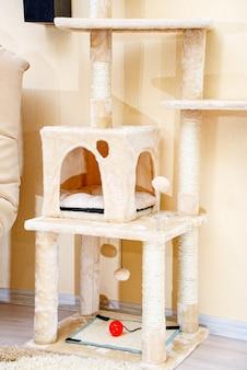 Simpatico e divertente albero per gatti in soggiorno con gratta e vinci.