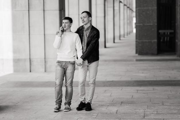 Carina coppia gay in città, teneri baci dolci, sorridenti