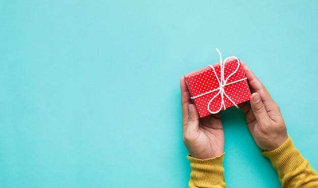 Simpatica confezione regalo in mano celebrazione anniversario e festa