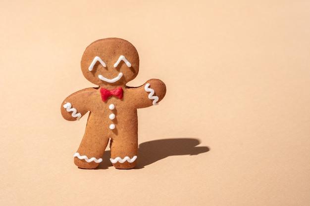 Uomo di pan di zenzero carino per cartolina di natale