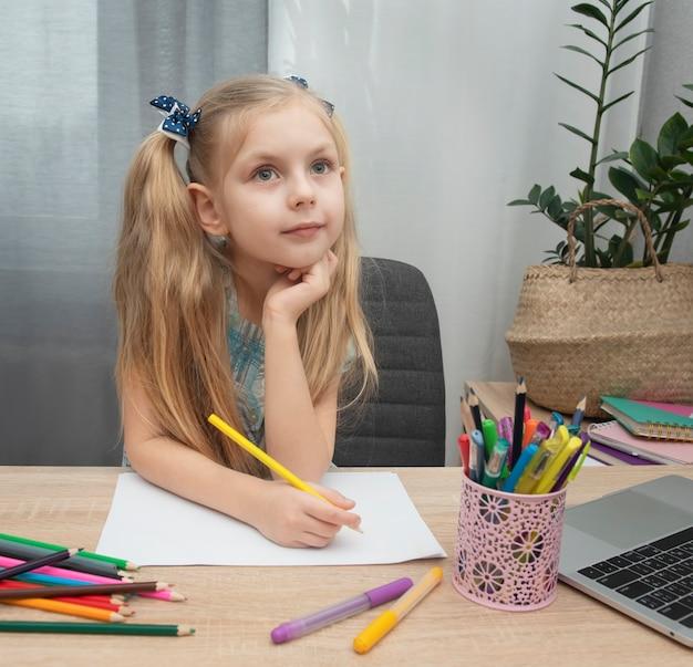 Ragazza carina che fa i compiti nella sua stanza a casa