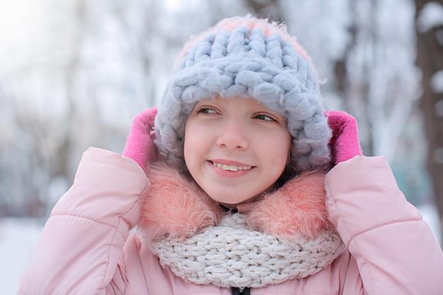 Ragazza carina il gelido giorno all'aperto. vacanze invernali