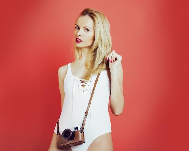 Fotografo di ragazza carina con fotocamera