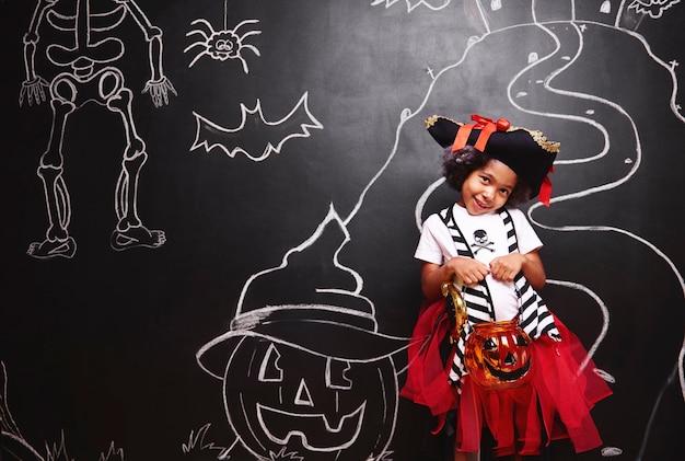 Ragazza carina in costume da pirata ad halloween