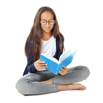 Libro di lettura ragazza carina su priorità bassa bianca