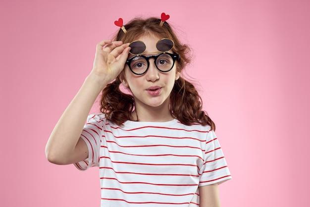 Ragazza carina occhiali da sole a strisce stile di vita t-shirt divertente