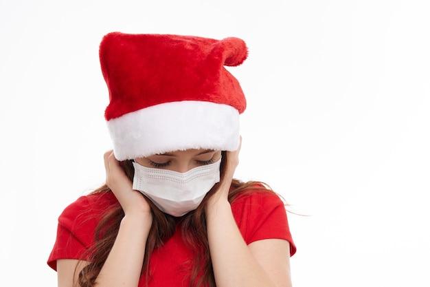 Ragazza carina che indossa la maschera medica santa cappello vacanza natale. foto di alta qualità