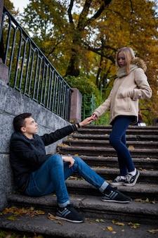 Il ragazzo carino vuole incontrarsi, passando accanto alla ragazza.