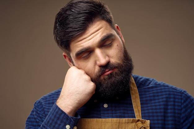 Ragazzo carino con una folta barba sta dormendo