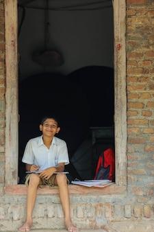 Bambino indiano sveglio che fa il suo lavoro