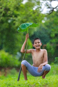 Piccolo bambino indiano sveglio che gode con la natura
