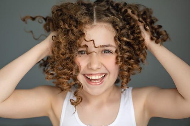 Carina ragazza adolescente gioiosa veramente godersi la vita, grande ritratto emotivo.