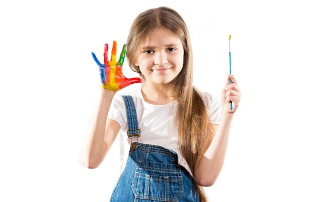 Ragazza carina piccola artista che mostra le mani dipinte