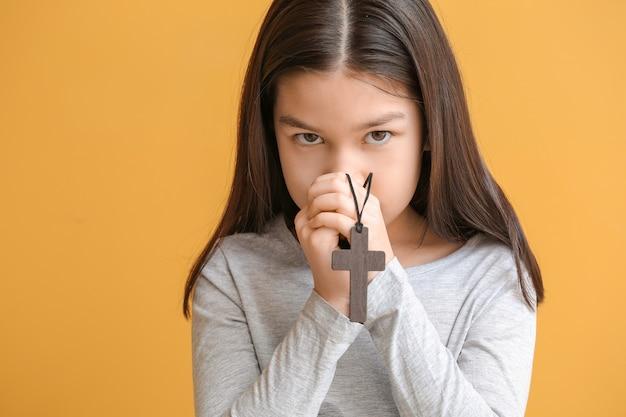 Piccola ragazza asiatica sveglia che prega