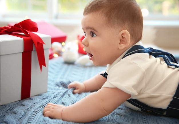 Simpatico bebè e confezione regalo su tessuto a maglia