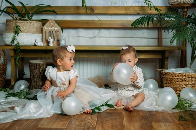 Carina piccola principessa del bambino alla prima festa di compleanno a casa idee per la festa di compleanno a casa con