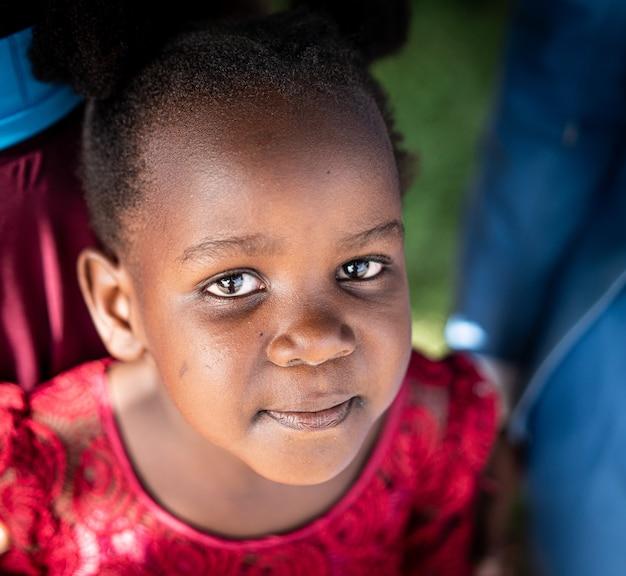 Carina piccola ragazza dell'africano nero da vicino