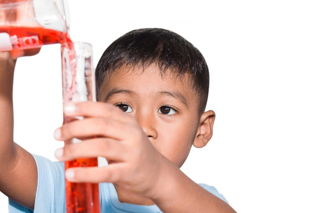 Ragazzino sveglio che fa esperimento di scienza, scienza istruzione, bambini asiatici e esperimenti scientifici