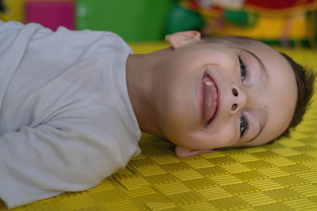 Simpatico bambino disabile su stuoia paralisi cerebrale infantile