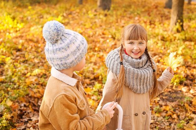 Piccoli bambini svegli nella sosta di autunno